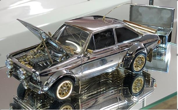Ford subhasta una maqueta d'un Escort clàssic hechoa d'or, plata i diamants