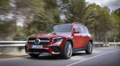 Un Mercedes-Benz GLB de color vermell