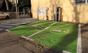 Zona de càrrega de vehicles elèctrics a l'aparcament del Cervantes de Palamós
