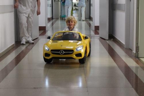 Els Hospitals Trueta i de Palamós estrenen vehicles elèctrics per portar infants al quiròfan