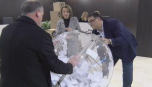 L'Alcalde de Castell-Platja d'Aro, Maurici Jiménez i dues persones més en el moment del sorteig