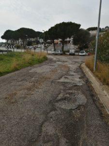 Un dels carrers en mal estat de la urbanització Mas Vilar
