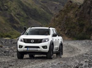 Un Nissan Navara off roader de color blanc