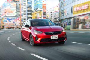 Un Opel Corsa de color vermell en un carrer del Japó