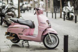 Una Peugeot Django de color rosa