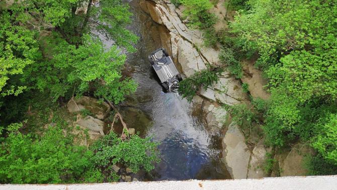 Un conductor sense carnet i begut cau d'un pont de 30 metres i fereix dos agents
