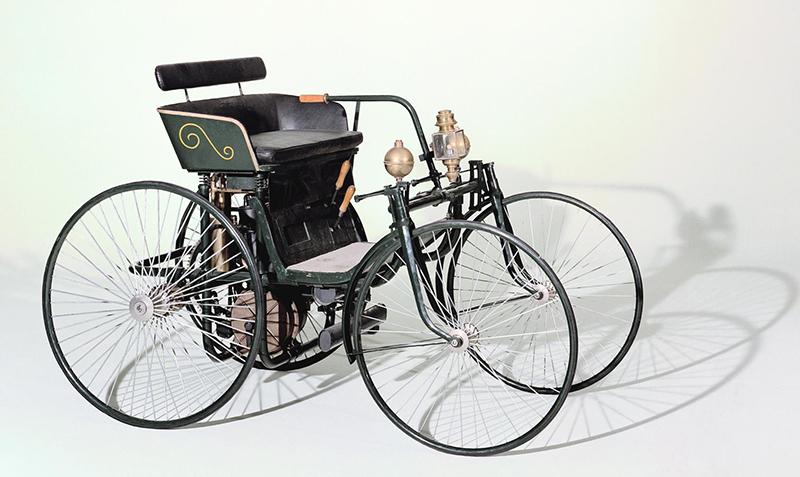"""Mercedes-Benz, 120 anys desenvolupant volants: d'un simple """"timó"""" a un centre de comandaments capacitiu"""