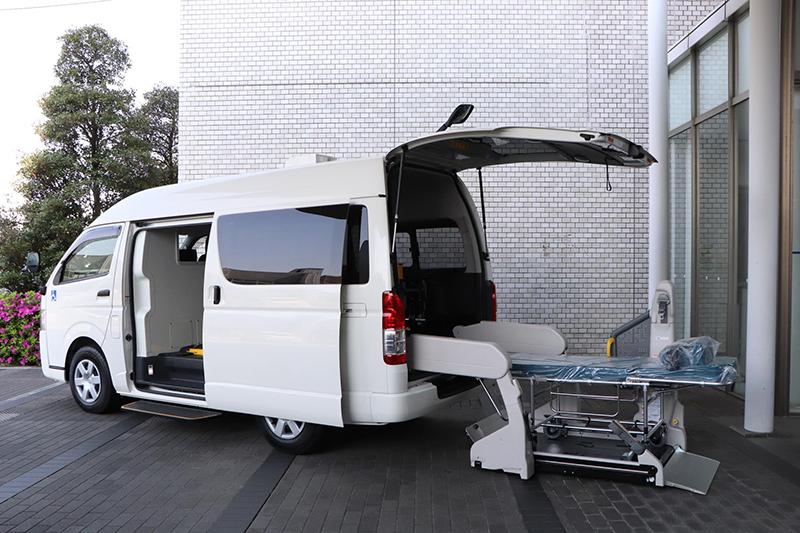 Toyota entrega a un hospital un vehicle de transport específic per a malalts greus per Covid-19