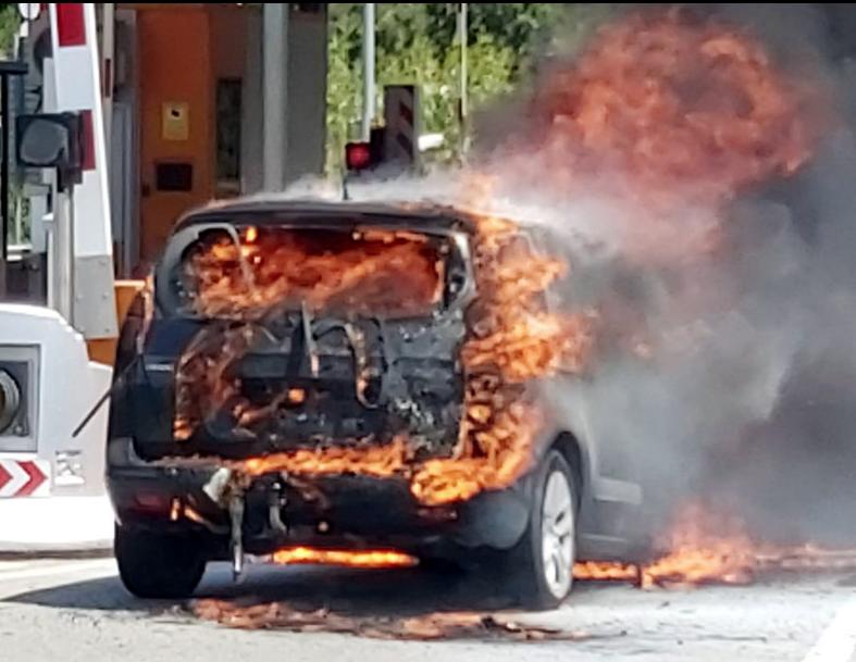 La policia local de la Jonquera rescata una família de l'interior d'un vehicle en flames