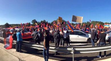 Una concentración de la comunidad armenia por el conflicto con Azerbaiyán corta la AP-7 en La Jonquera (Girona)