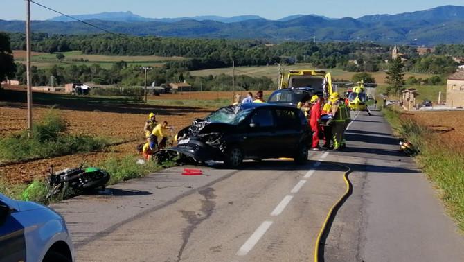 Un mort en un accident greu entre dues motos i un turisme a Vilademuls