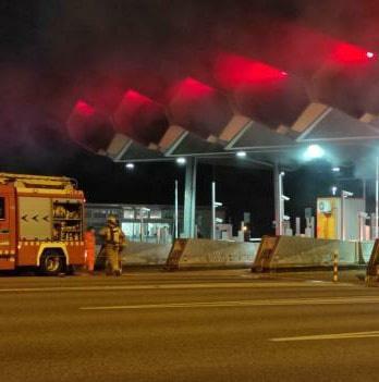 S'incendia un cotxe al peatge de l'autopista Girona Oest