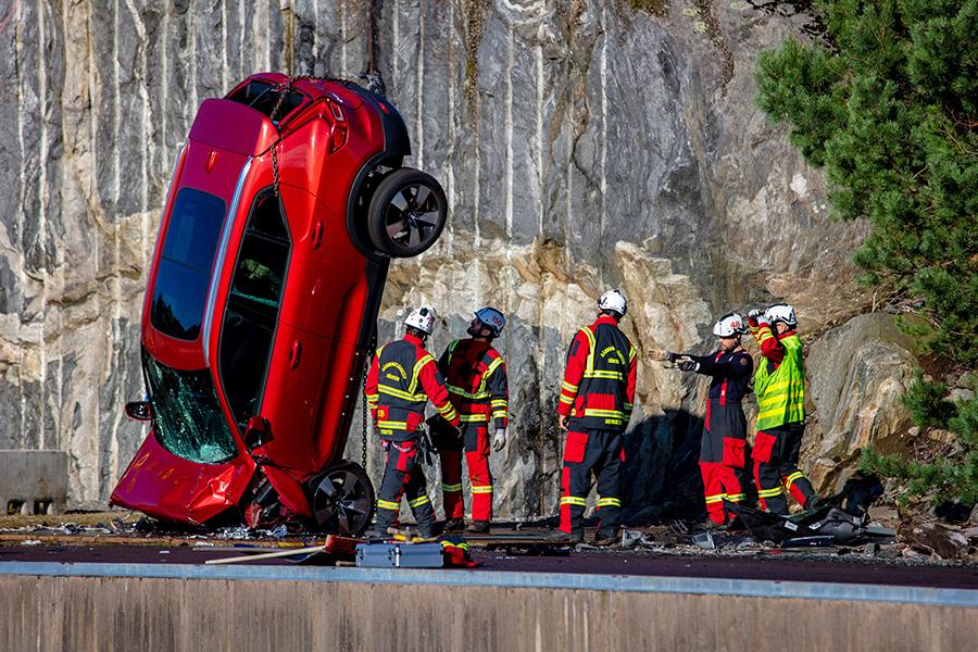 Volvo Cars deixa caure vehicles nous des d'una alçada de 30 metres per ajudar als equips de rescat a salvar vides