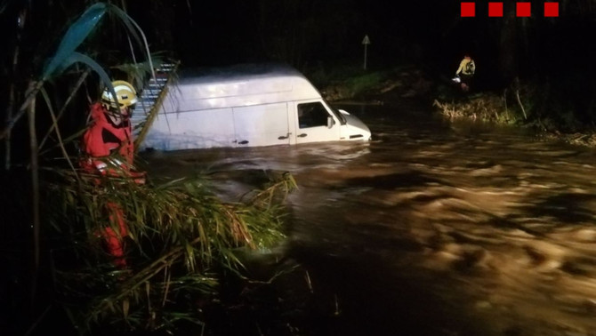 Els Bombers rescaten un home que s'havia quedar atrapat a dins de la seva furgoneta en un rec de Vilobí d'Onyar