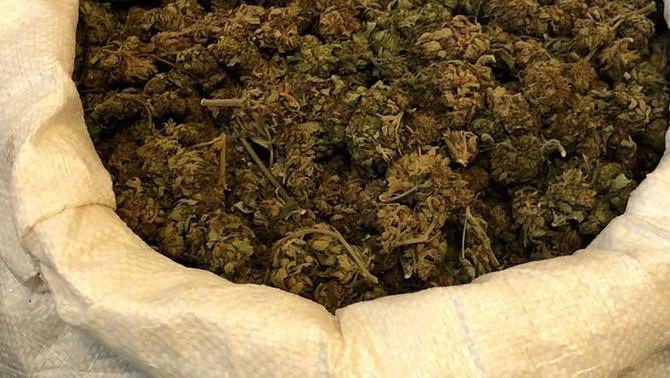 Detenen a Jafre el conductor d'una furgoneta que portava un sac ple de cabdells de marihuana