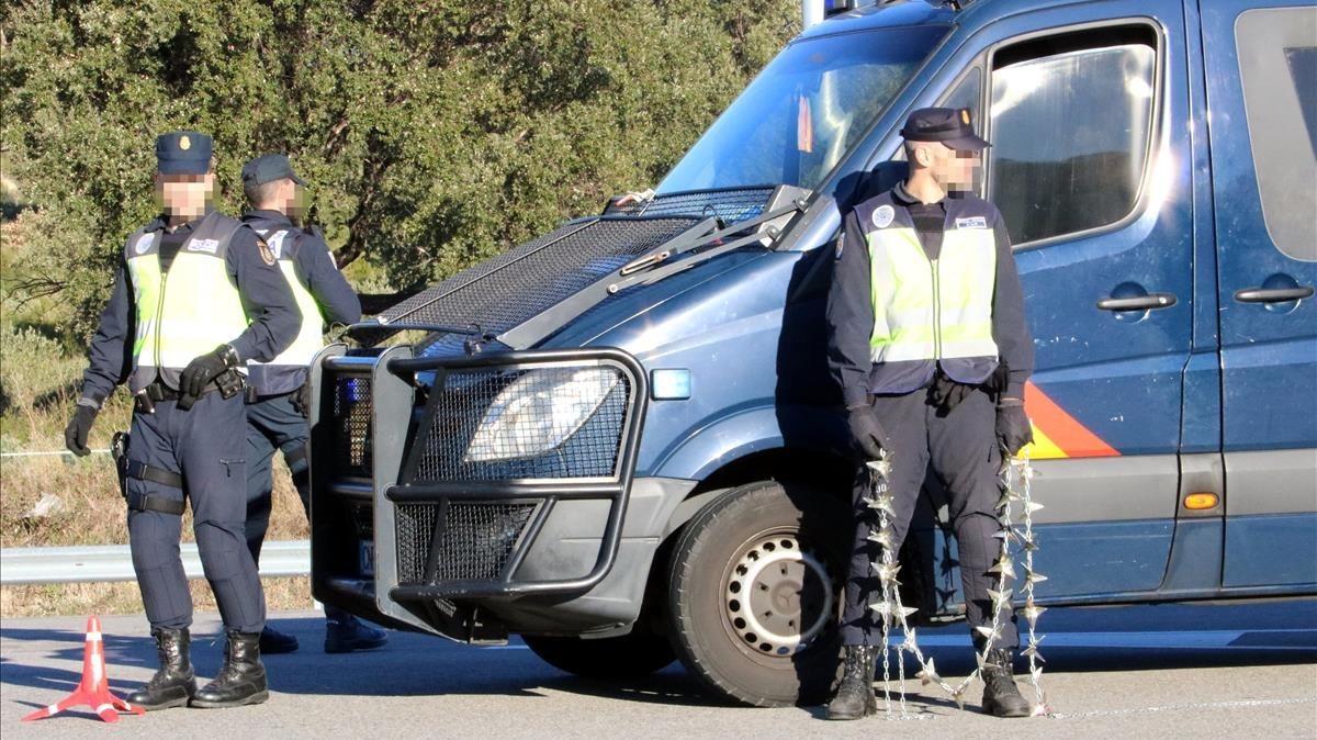 Detenen a la Jonquera el conductor d'un tràiler que duia tres furgonetes de luxe robades i 162 kg de marihuana