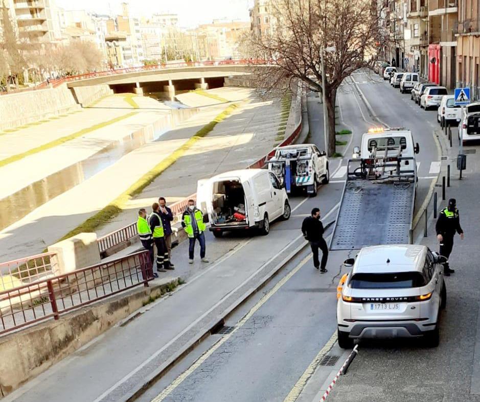 Una conductora s'emporta diverses pilones al carrer del Carme de Girona