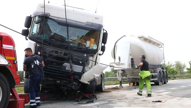 Mor el conductor d'un turisme en un xoc frontal amb un camió a la C-66 a Cornellà del Terri
