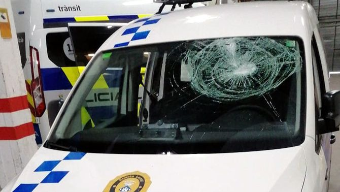 Ataquen un cotxe patrulla de la Policia Local de Palamós i li trenquen el parabrisa amb ampolles