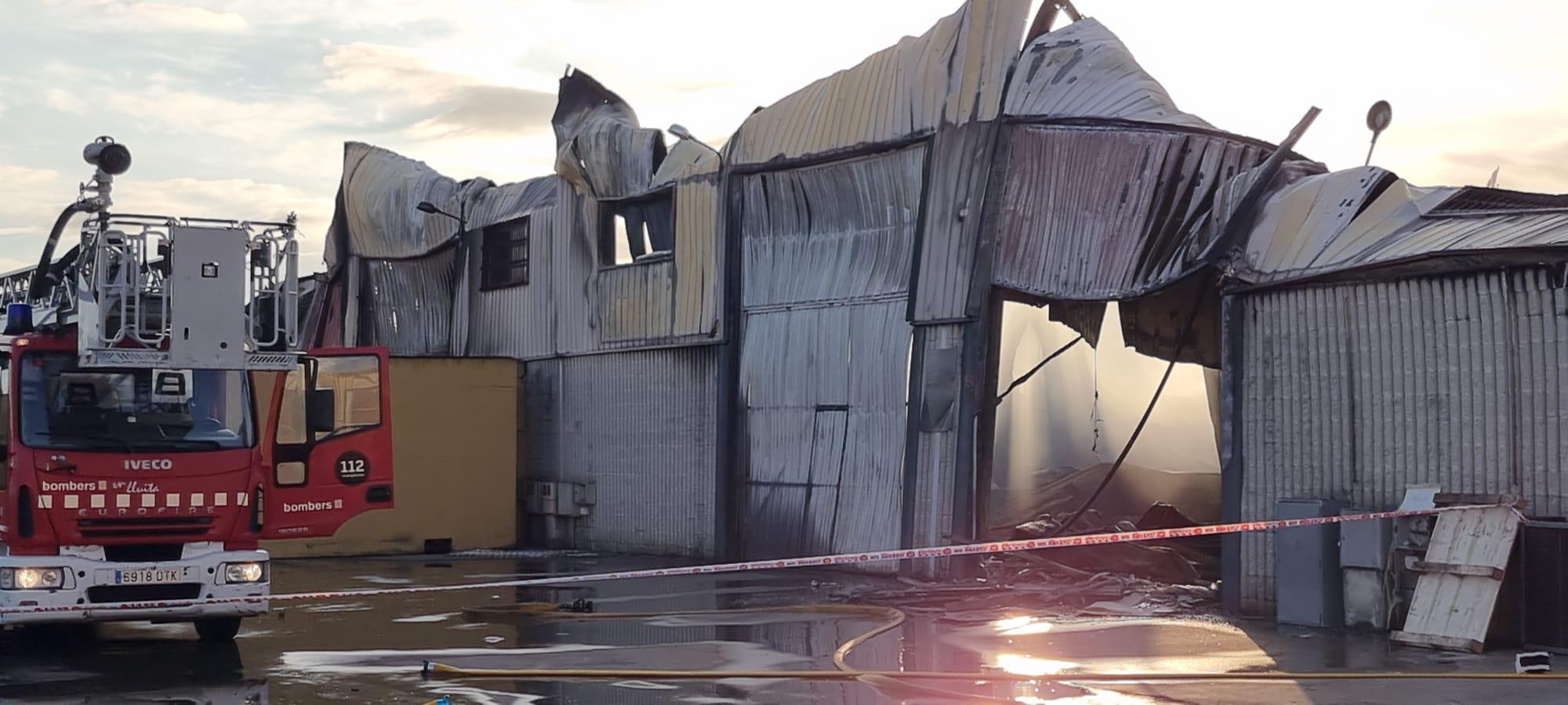 Una nau de Rieju, totalment cremada